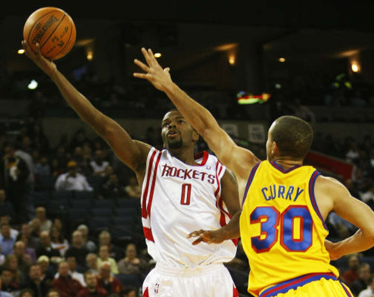 Aaron Brooks shoots past Golden State Warriors' Stephen Curry.