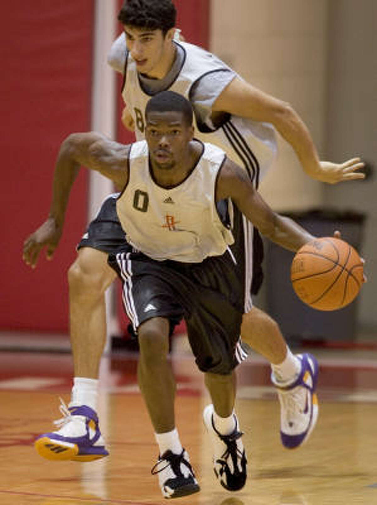 Aaron Brooks signed a multi-year contract with the Rockets on July 7, 2007, just before the team's NBA Summer League practices began.