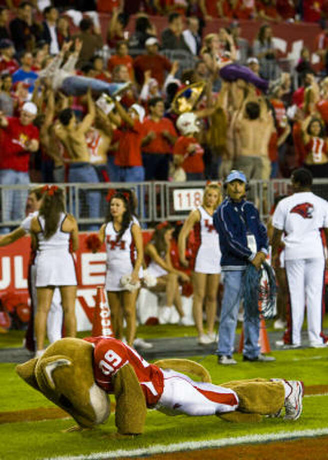 UH mascot Shasta does push-ups after the Cougars went up 59-0 in the first half. Photo: Karen Warren, Chronicle