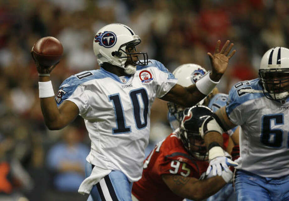 Titans quarterback Vince Young fires a pass during the first quarter. Photo: Julio Cortez, Chronicle