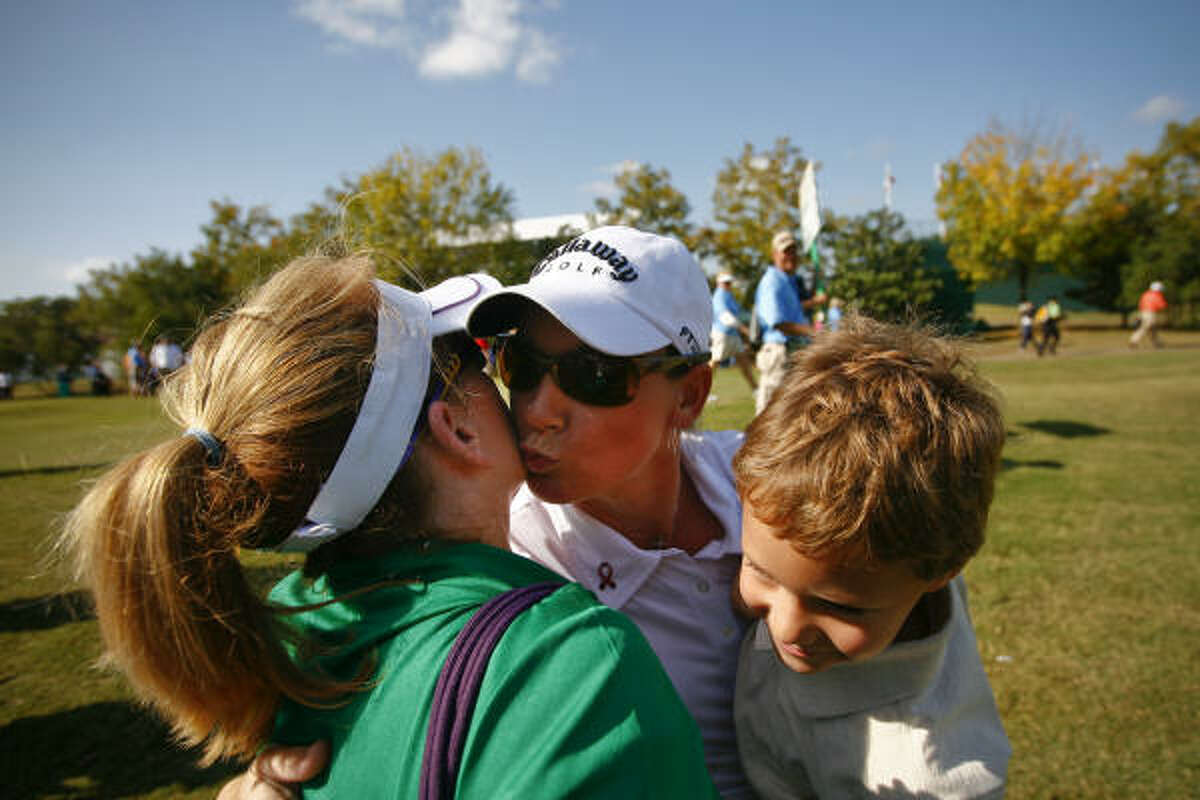 Kristy McPherson greets Debbie Duncan and David Favrot, 5, after teeing off on the first hole during the last round of the LPGA Tour Championship.