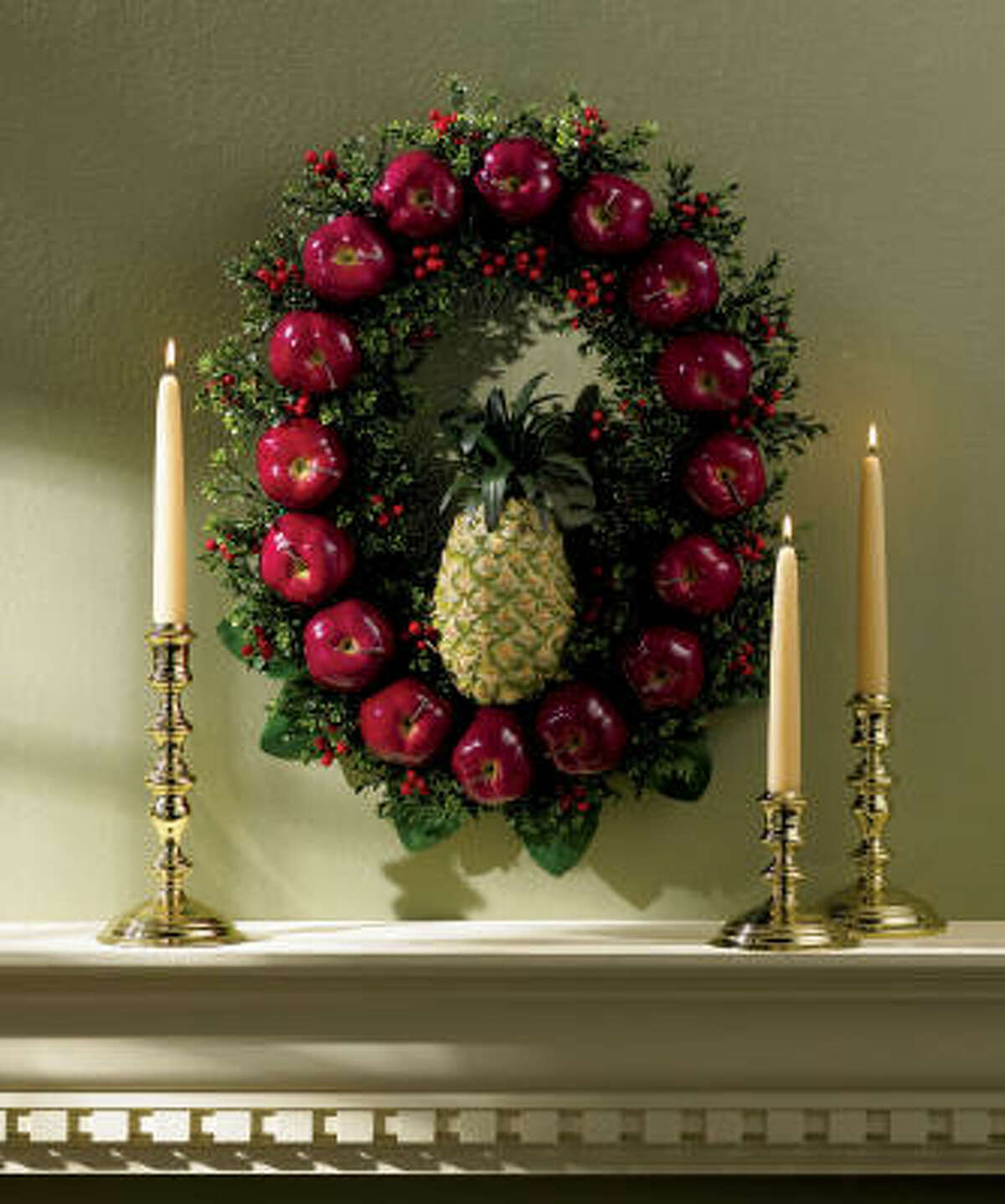 Colonial Williamsburg's oval wreath has a traditional touch.