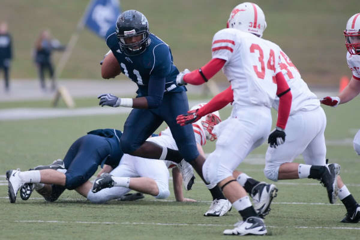 MEMORIAL 13, KINGWOOD 3: Robert Singletary cuts his way up the field as he looks for a hole in the Memorial line during the Mustangs' second-round playoff loss Saturday at Delmar Stadium.