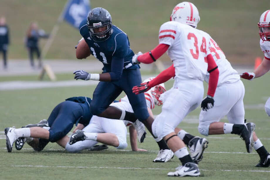 MEMORIAL  13, KINGWOOD 3: Robert Singletary cuts his way up the field as he looks for a hole in the Memorial line during the Mustangs' second-round playoff loss Saturday at Delmar Stadium. Photo: Matthew White, For The Chronicle