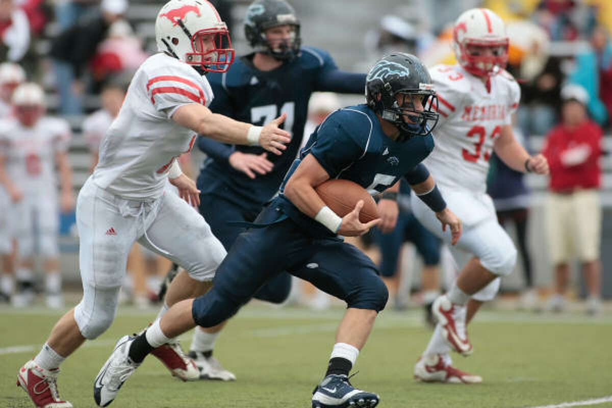 Quarterback Greg Williamson makes a break up the middle as he runs the ball on a keeper play Saturday afternoon