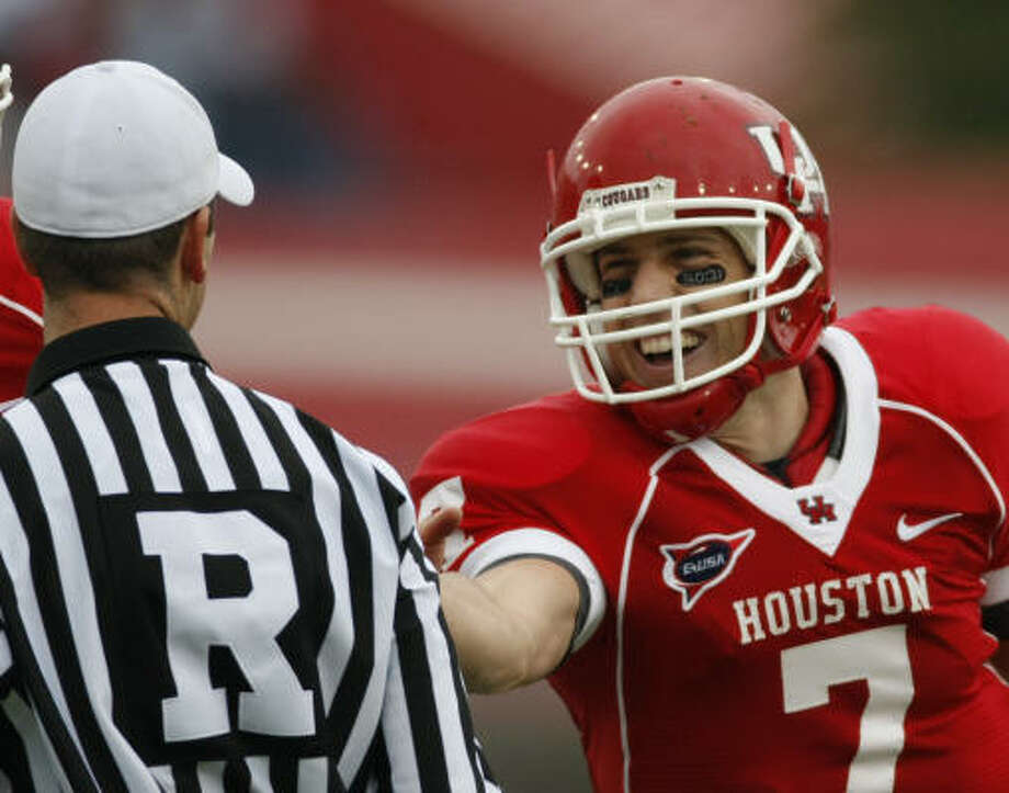 Houston quarterback Case Keenum jokes with the referee during the Cougars' game against Memphis on Saturday at Robertson Stadium. Keenum had five touchdown passes and became UH's all-time leader with 94. Photo: Nick De La Torre, Chronicle