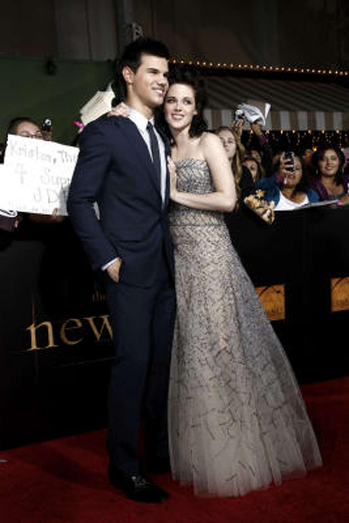 Taylor Lautner and Kristen Stewart arrive at The Twilight Saga: New Moon premiere.