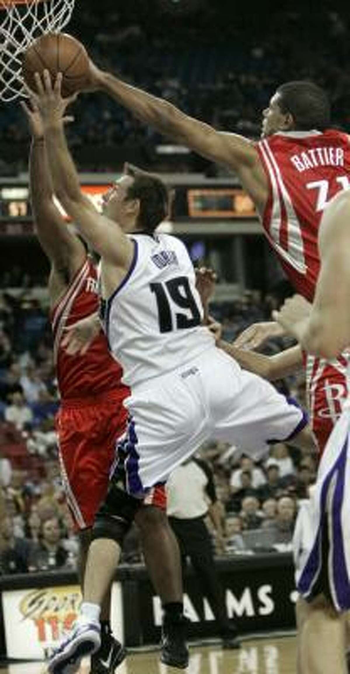 Rockets forward Shane Battier, right, tries to block the shot of Kings guard Beno Udrih in the third quarter.