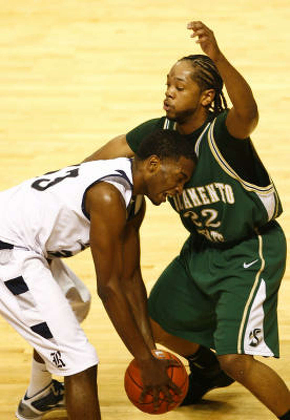 Rice's Lawrence Ghoram, left, runs into Sacramento State's Antonio Flaggs during the first half.