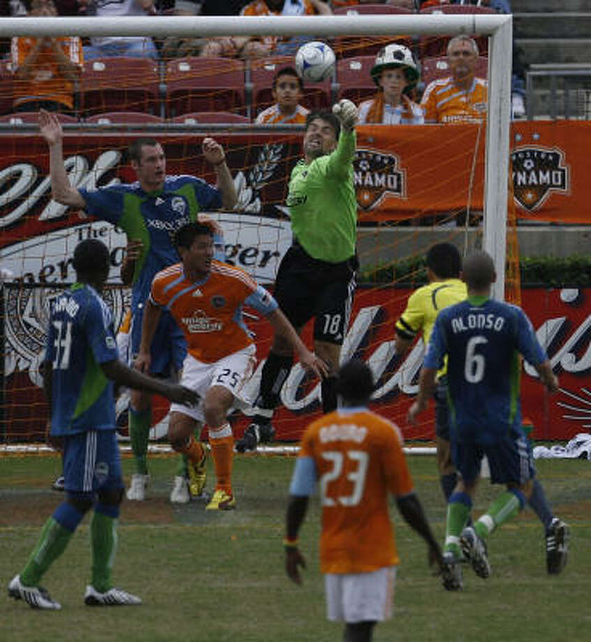 Dynamo goalkeeper Pat Onstad, who kept the Sounders scoreless for 210 minutes in the series, deflects a shot. Photo: Julio Cortez, Chronicle