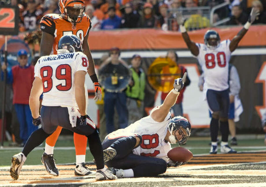 Texans tight end Owen Daniels celebrates his 7-yard touchdown reception after beating Bengals linebacker Brandon Johnson. Daniels had a big game with two touchdowns in the Texans' 28-17 win that evened their record at 3-3. Photo: Brett Coomer, Chronicle
