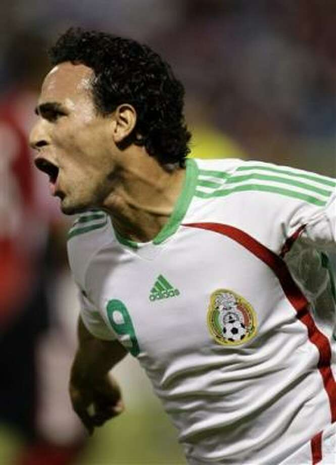 El mexicano Enrique Esqueda festeja su gol contra Trinidad y Tobago durante el partido del miércoles 14 de octubre del 2009, último de la eliminatoria mundialista Photo: Andres Leighton, AP