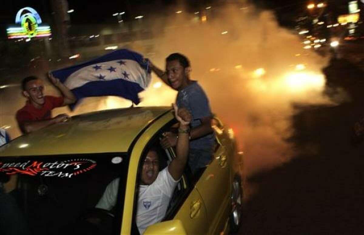 El presidente derrocado de Honduras, Manuel Zelaya, festeja con sus simpatizantes la clasificación del equipo de su país al Mundial del 2010, el miércoles 14 de octubre del 2009