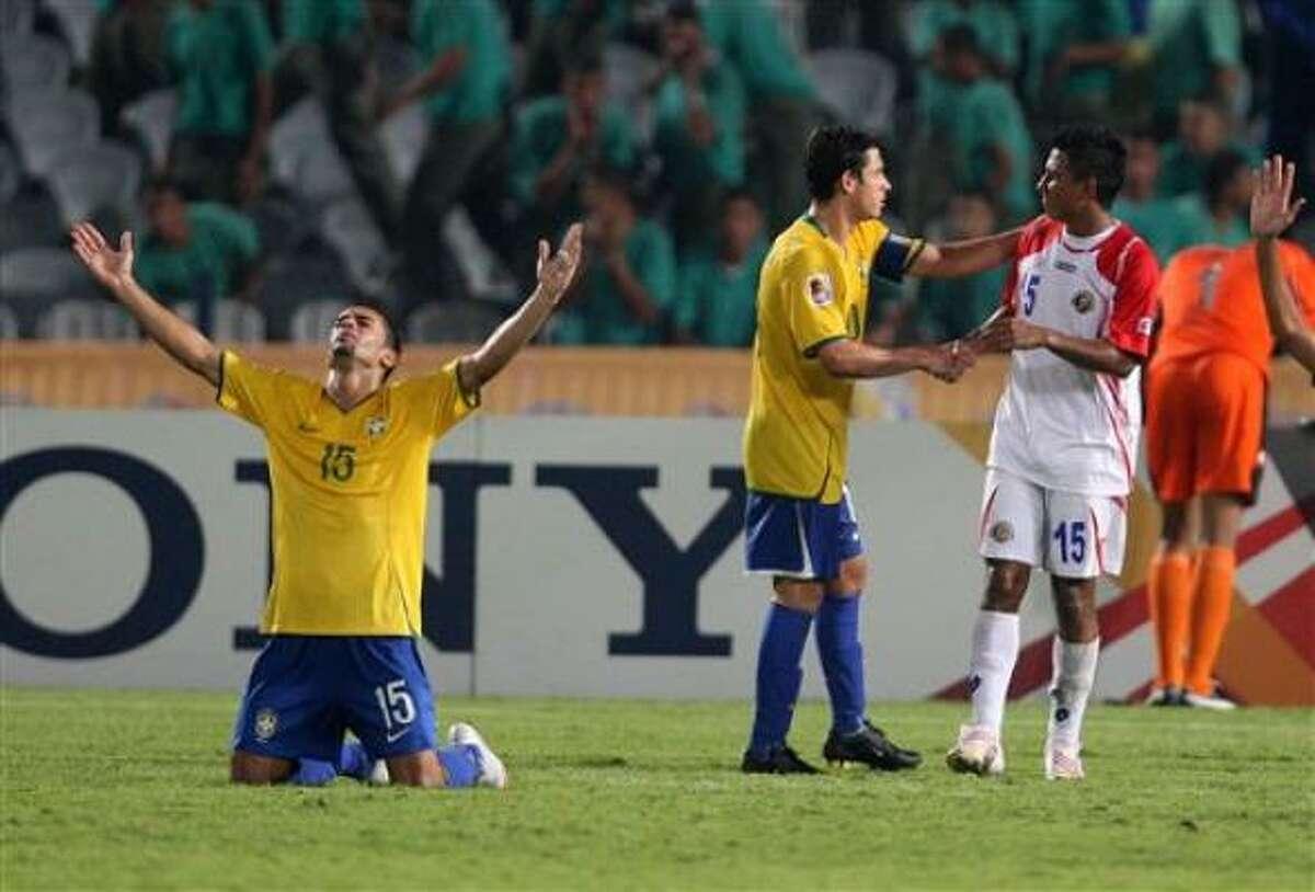 El jugador de Brasil, Wellington Junior, izquierda, festeja tras vencer 1-0 a Costa Rica para avanzar a la final del mundial sub20 el martes, 13 de octubre de 2009, en El Cairo.