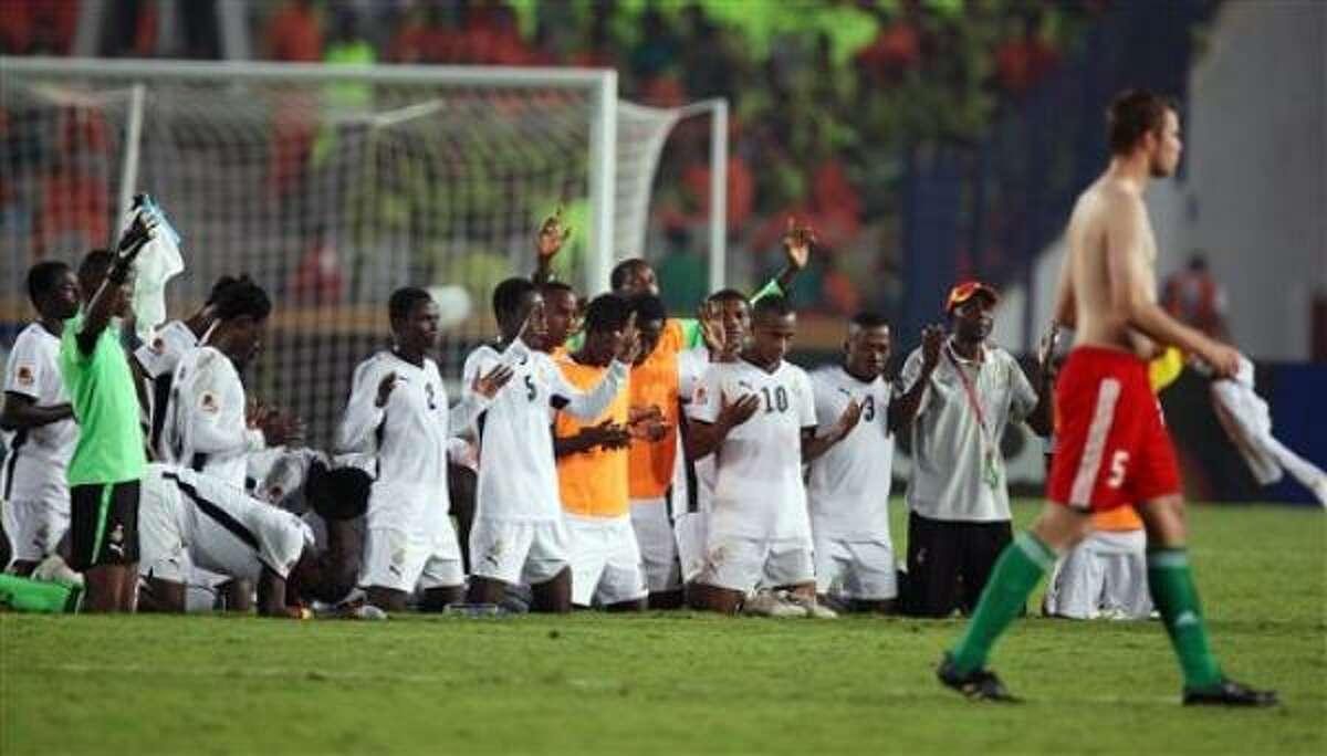Los jugadores de Ghana rezan tras vencer 3-2 a Hungría para avanzar a la final del mundial sub20 el martes, 13 de octubre de 2009, en El Cairo.