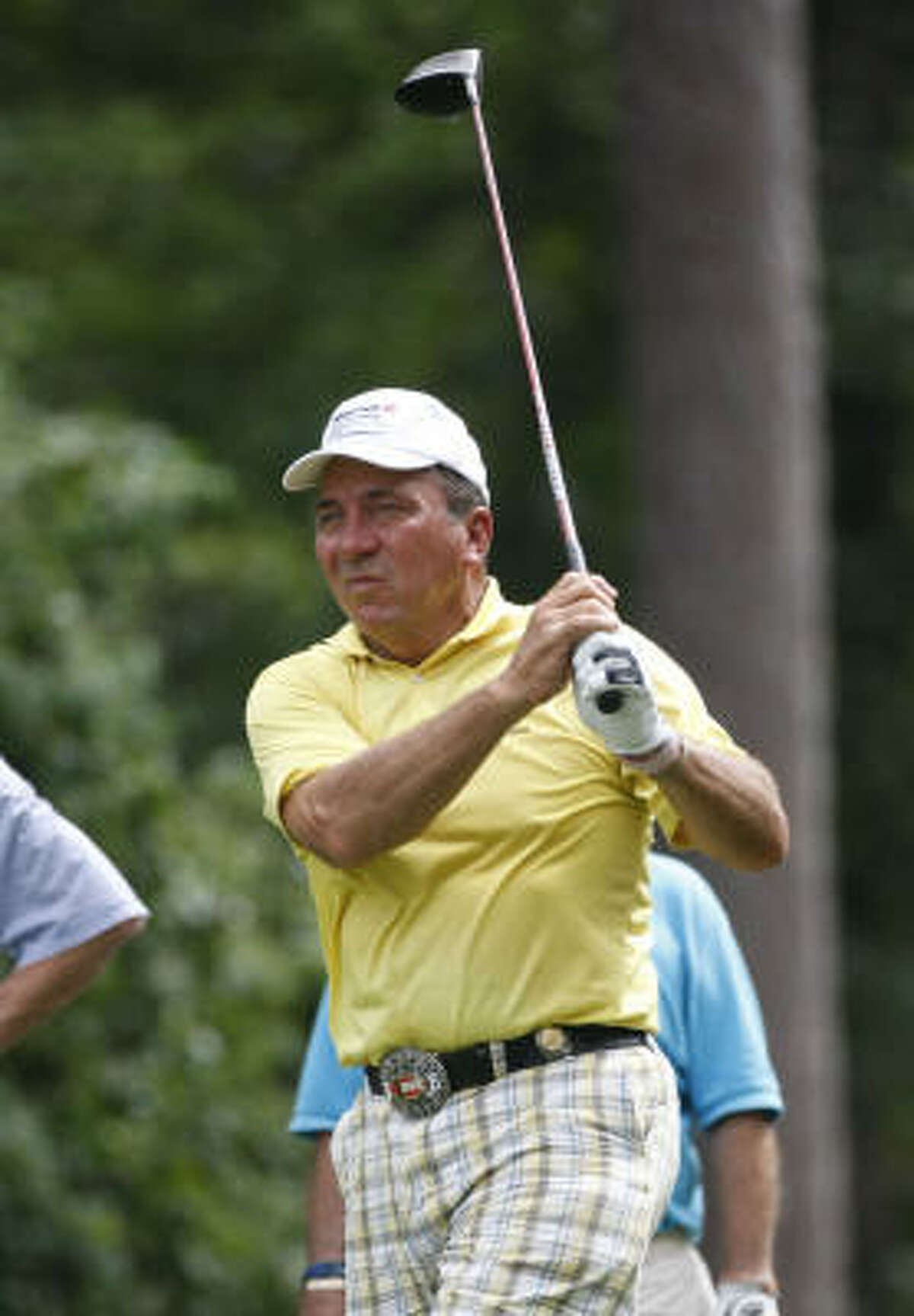 Baseball Hall of Fame catcher Johnny Bench tees off on No. 13.