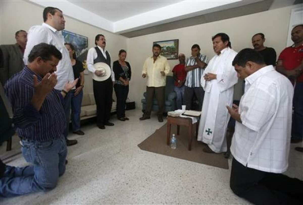 El presidente derrocado de Honduras Manuel Zelaya estira los brazos después de participar en una misa en la embajada de Brasil en Tegucigalpa, el jueves 24 de septiembre del 2009.