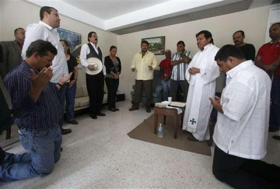 El presidente derrocado de Honduras Manuel Zelaya estira los brazos después de participar en una misa en la embajada de Brasil en Tegucigalpa, el jueves 24 de septiembre del 2009. Photo: Esteban Felix, AP