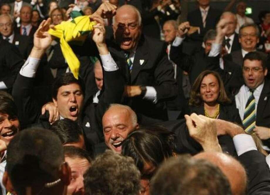 Miembros de la delegación de Río de Janeiro celebran después que su ciudad ganó el derecho a organizar los Juegos Olímpicos del 2016, en Copenhague, el viernes 2 de octubre del 2009 Photo: DENIS BALIBOUSE, AP