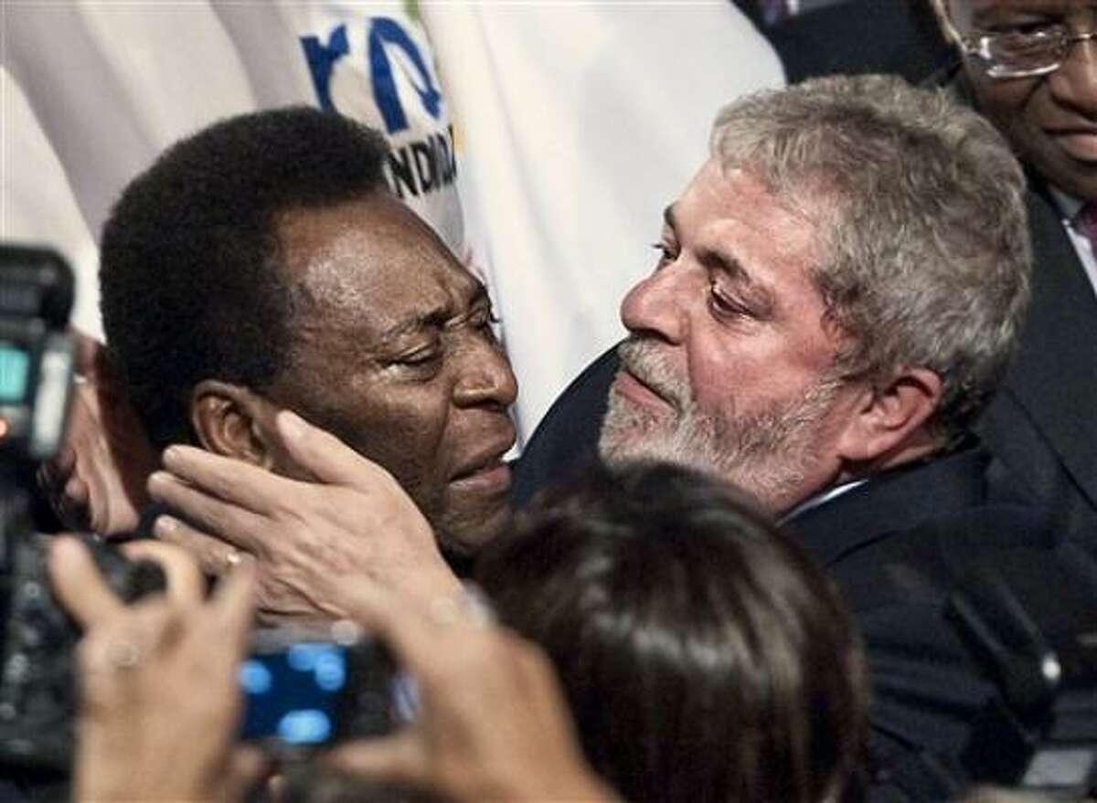 El presidente brasileño Luiz Inacio Lula da Silva, derecha, se estrecha en un abrazo con el rey del fútbol Pelé después que Río de Janeiro ganó el derecho a organizar los Juegos Olímpicos del 2016, en Copenhague el viernes 2 de octubre del 2009