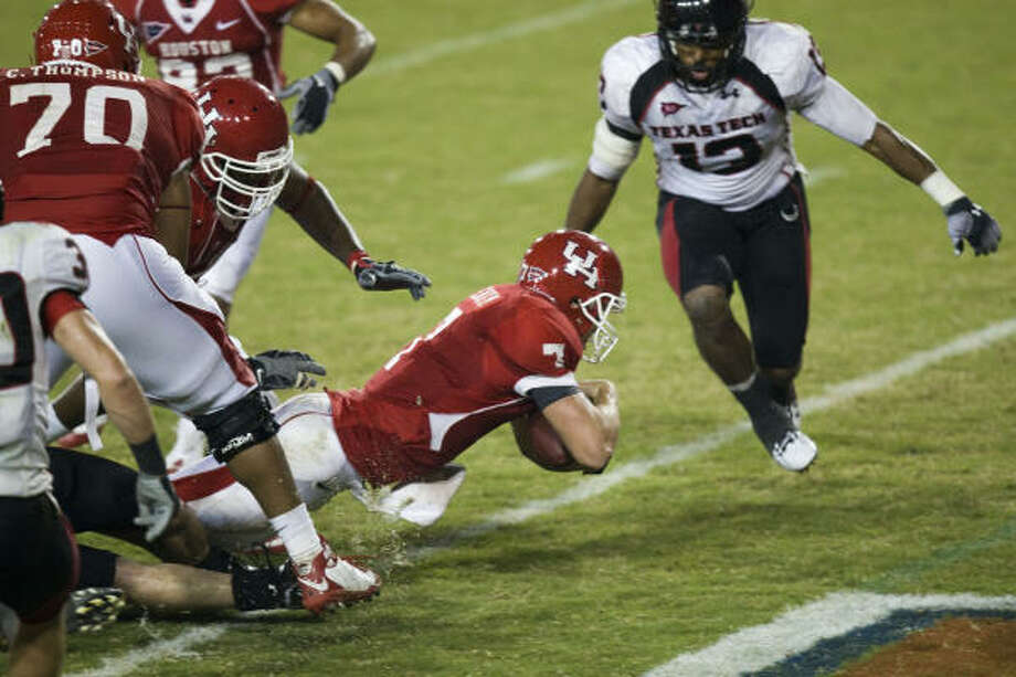 Houston quarterback Case Keenum (7) scores the game-winning touchdown in the final minute. Photo: Smiley N. Pool, Houston Chronicle
