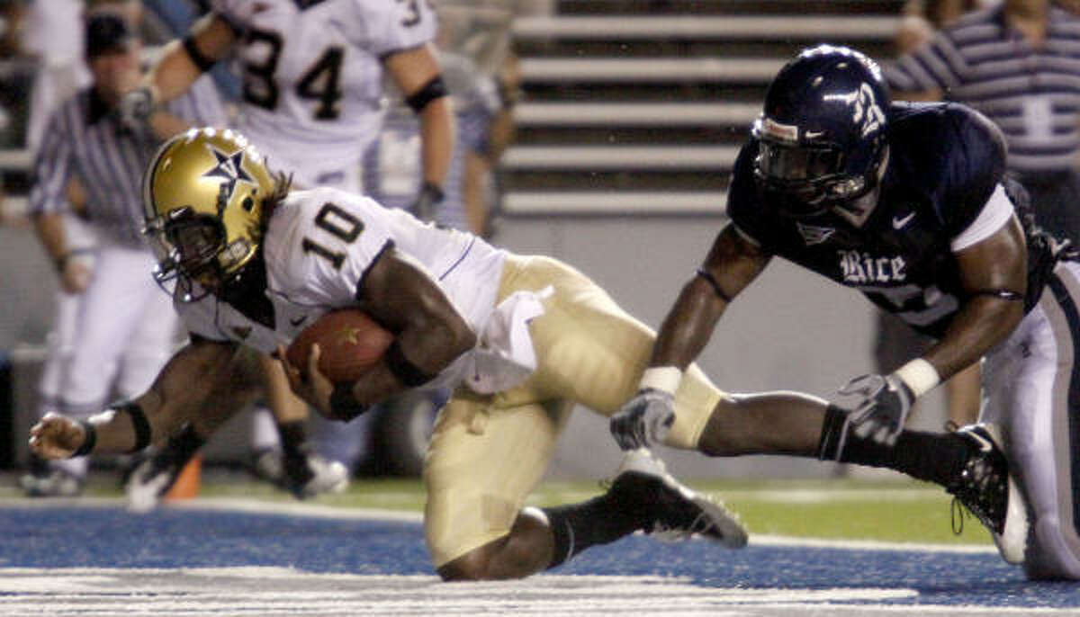 Vanderbilt quarterback Larry Smith stretches to make a touchdown in the third quarter against Rice.