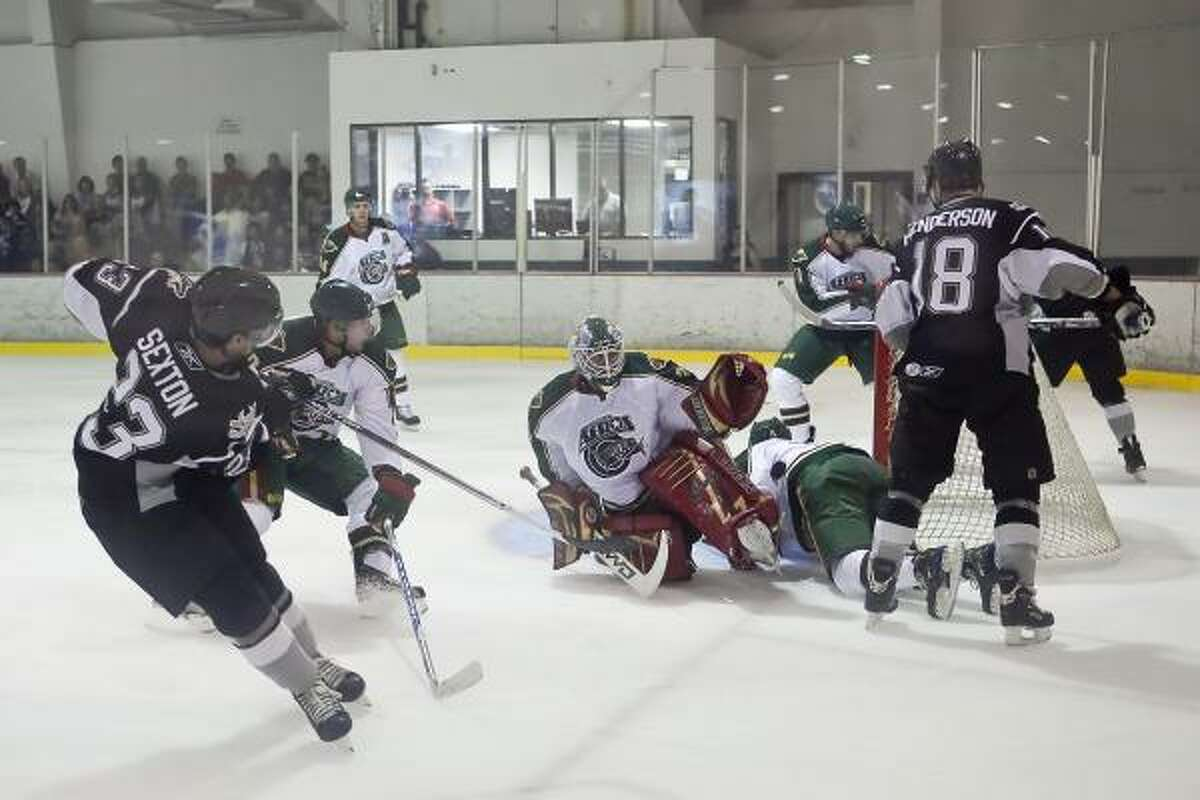 Aeros goalie Wade Dubielewicz (31) makes a save in the first period.