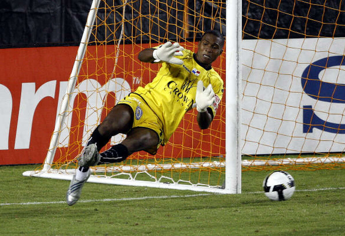 Arabe Unido goalkeeper Carlos Bejarano can't make the save on a ball by the Dynamo's Corey Ashe during the second half.