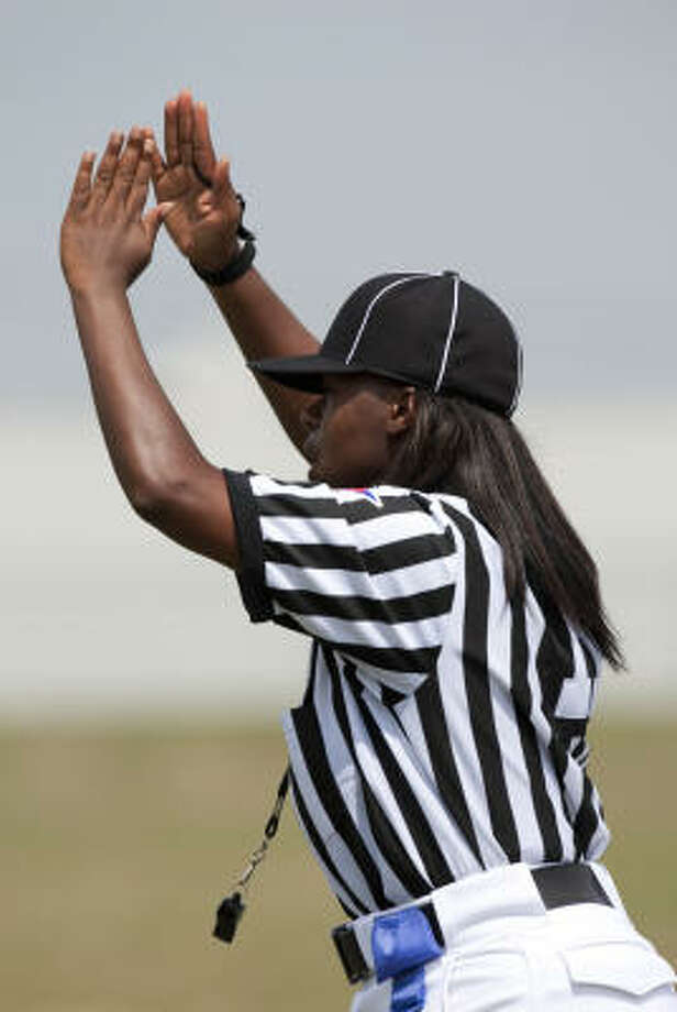 Head linesman Yvonda Lewis signals a TSU touchdown during the third quarter. Photo: Smiley N. Pool, Chronicle
