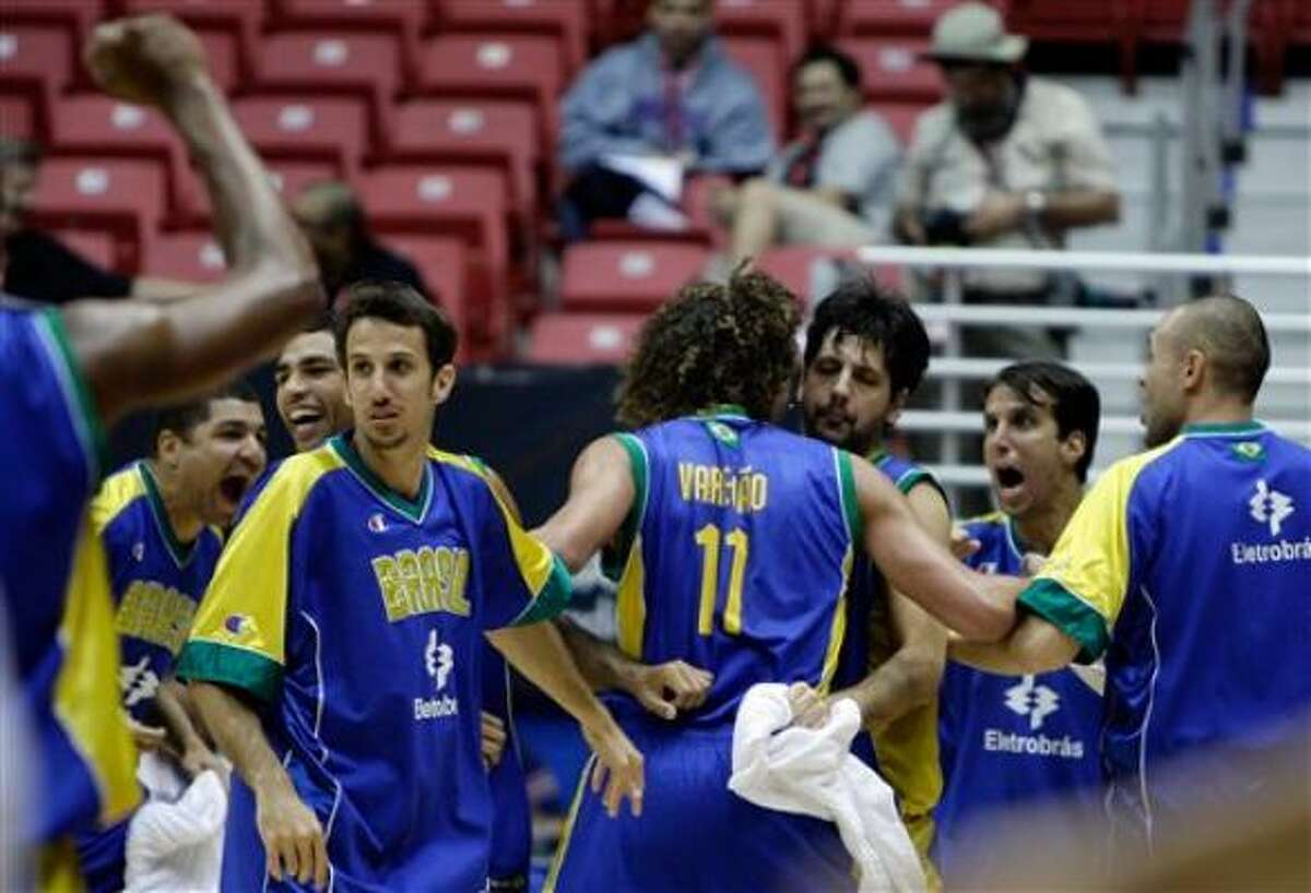 Los jugadores de Brasil festejan tras vencer a Argentina en el premundial de básquetbol de las Américas el viernes, 28 de agosto de 2009, en San Juan.