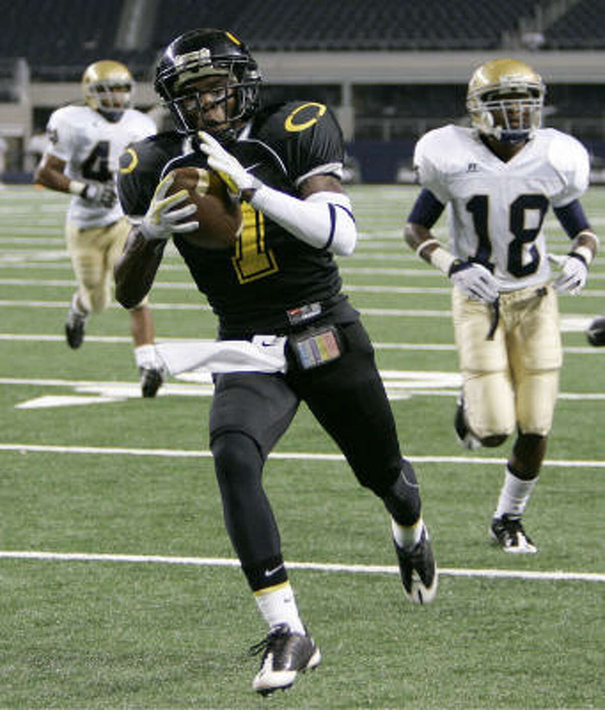 Klein Oak Panthers' Tory Waites (7) makes a touchdown run against the Notre Dame Knights during the first half.