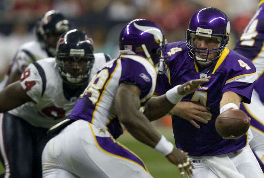 First half:Vikings QB Brett Favre, left, hands the ball off to running back Adrian Peterson. Photo: Smiley N. Pool, Chronicle