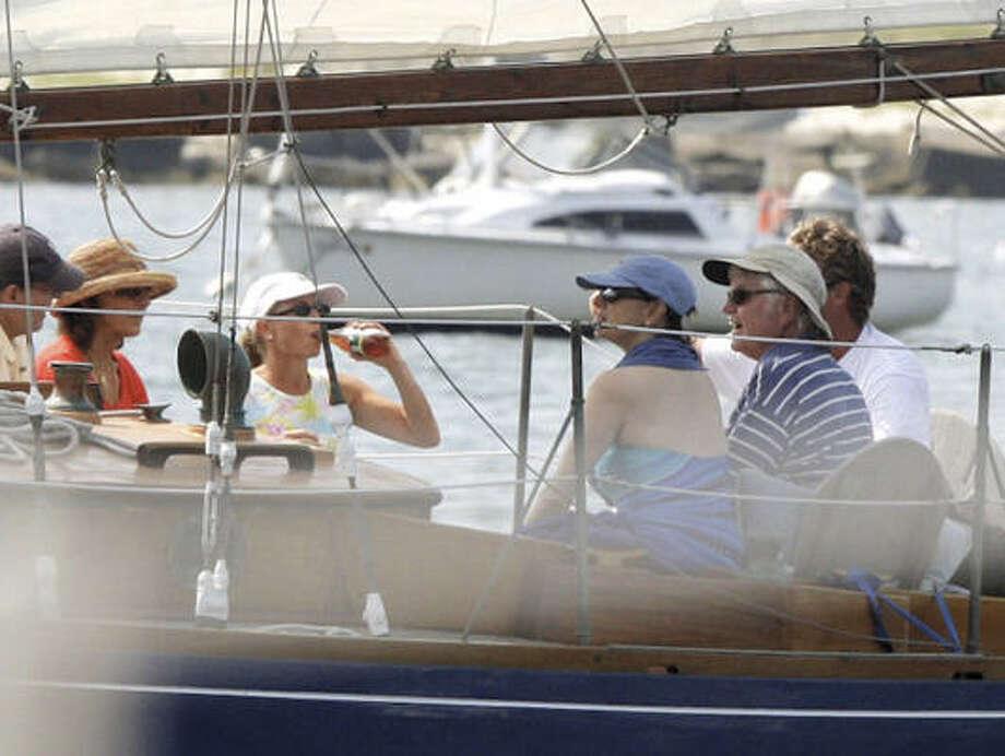 """En esta foto del 3 de agosto de 2009, el senador  Edward Kennedy, der., navega con su esposa Victoria, segunda desde la derecha, y amigos a bordo del """"Mya"""" frente a Puerto Hyannis, en Massachusetts. Photo: Skip Hall, AP"""
