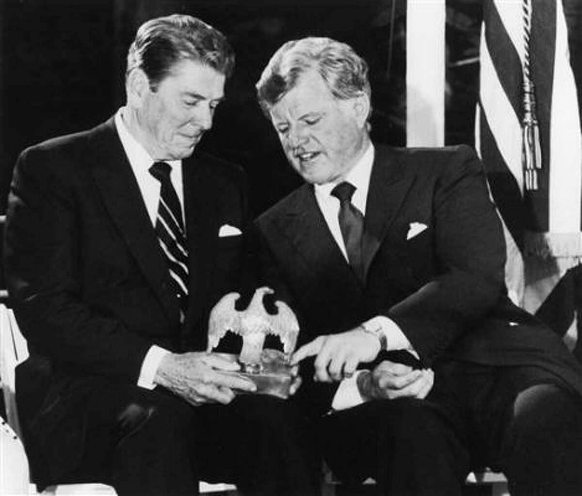 En esta foto de archivo, el presidente Ronald Reagan, izq. conversa con el senador Edward M. Kennedy.