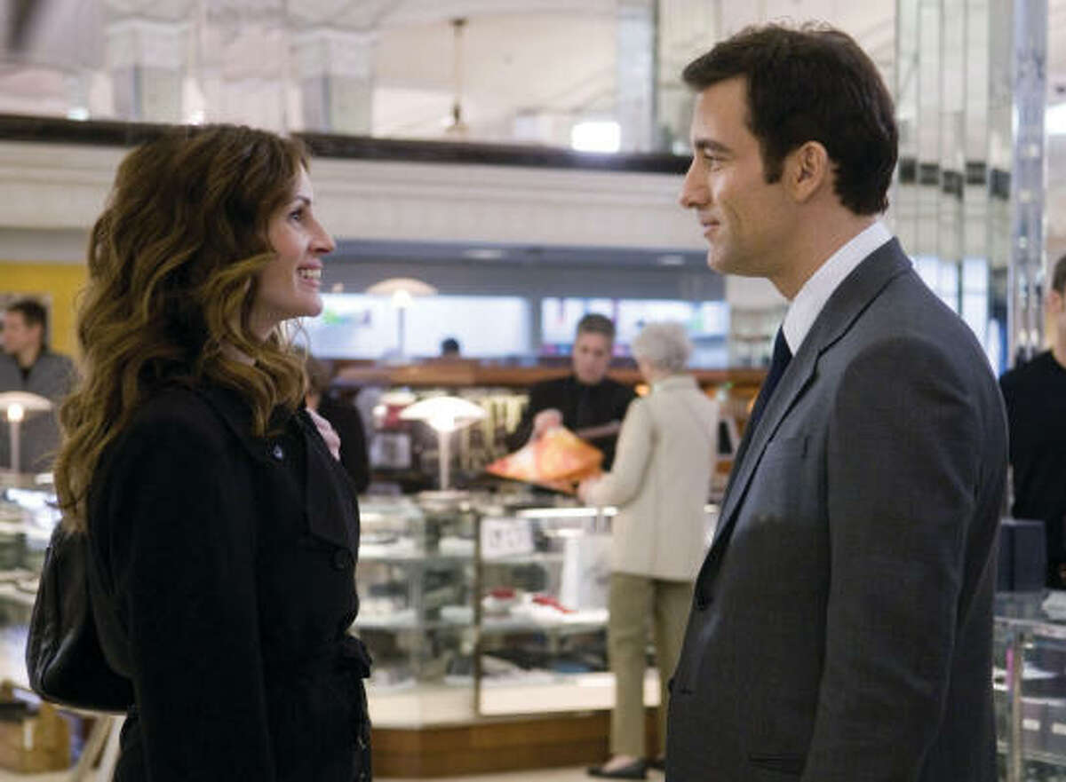 Julia Roberts and Clive Owen star in Duplicity as two spies-turned-corporate operatives in the midst of a clandestine love affair.