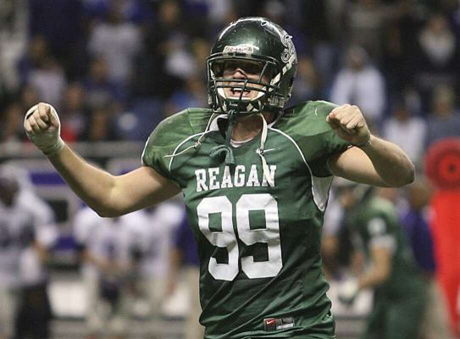 Freshman defensive lineman Spencer Nealy is the son of former NBA player Ed Nealy. Photo: DELCIA LOPEZ, SAN ANTONIO EXPRESS NEWS