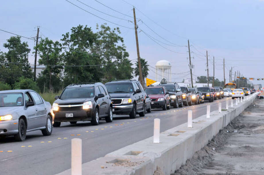 Traffic lines up on Cullen in front of Dawson High School on day one. Photo: Kim Christensen, For The Chronicle