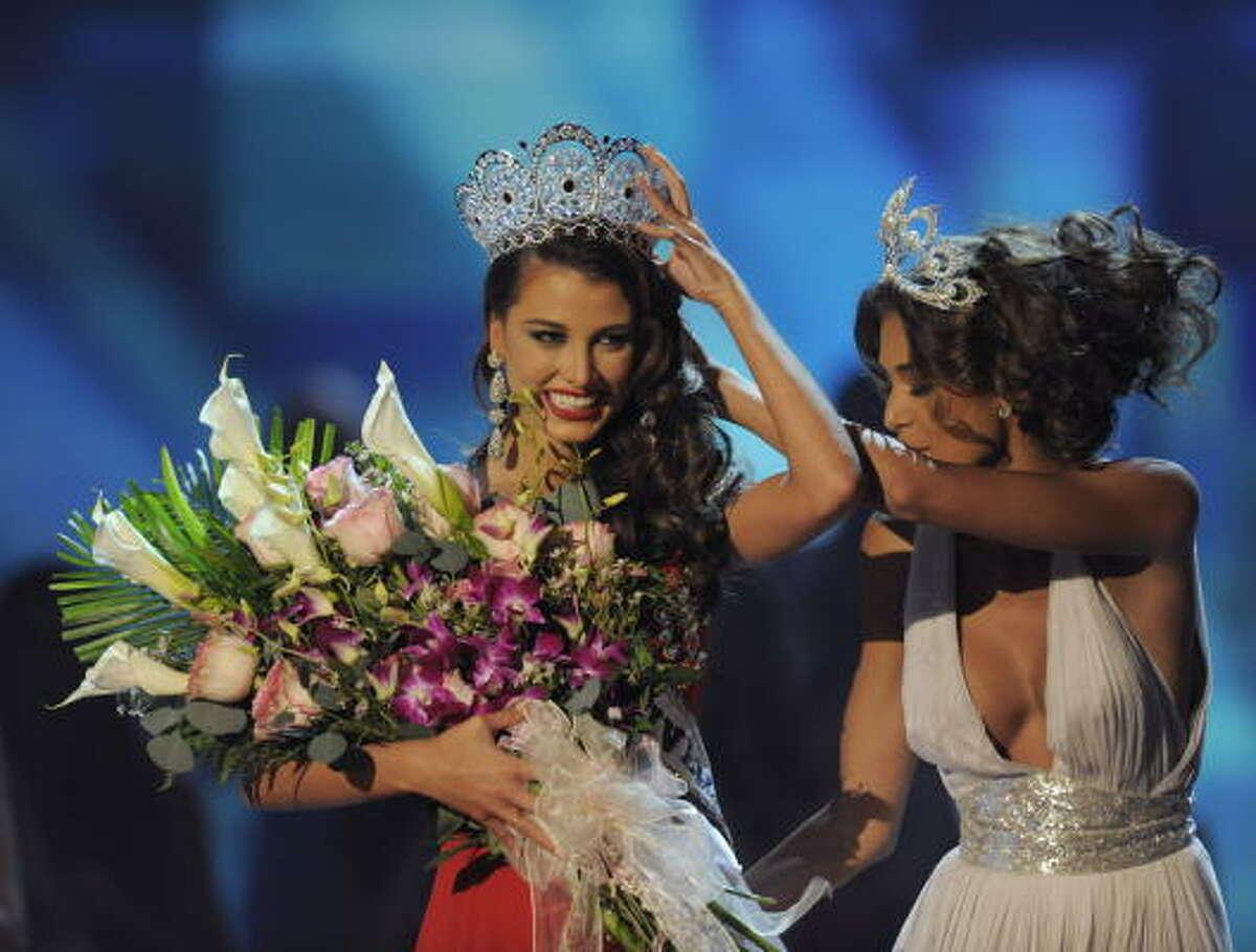2008 Miss Universe Dayana Mendoza, right, crowns her successor Fernandez.