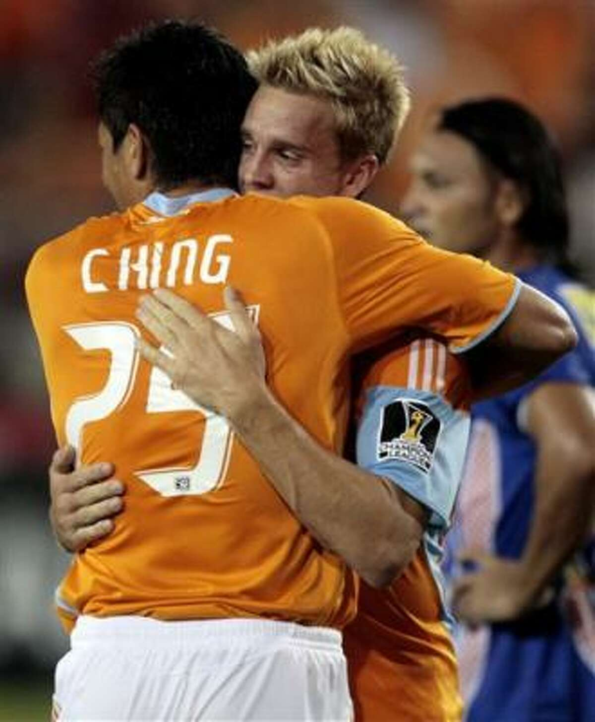 Brian Ching, del Dynamo de Houston, es felicitado por su compañero Stuart Holden, tras anotar frente al Isidro Metapán de El Salvador, en un partido de la Liga de Campeones de la Concacaf, el miércoles 19 de agosto del 2009