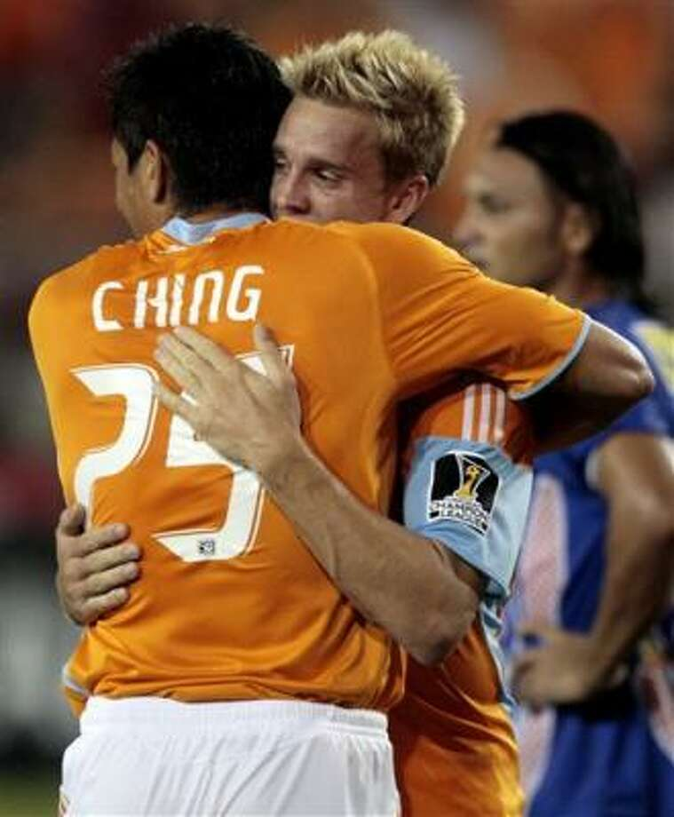 Brian Ching, del Dynamo de Houston, es felicitado por su compañero Stuart Holden, tras anotar frente al Isidro Metapán de El Salvador, en un partido de la Liga de Campeones de la Concacaf, el miércoles 19 de agosto del 2009 Photo: Bob Levey, AP