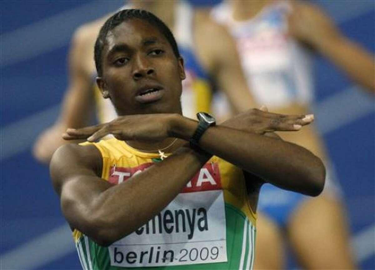 La sudafricana Caster Semenya festeja al ganar la medalla de oro en los 800 metros en el mundial de atletismo el miércoles, 19 de agosto de 2009, en Berlín.