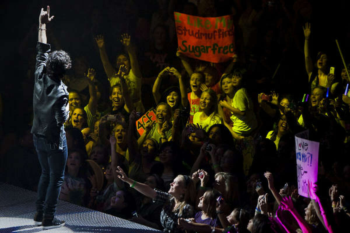 Joe Jonas waves to adoring fans