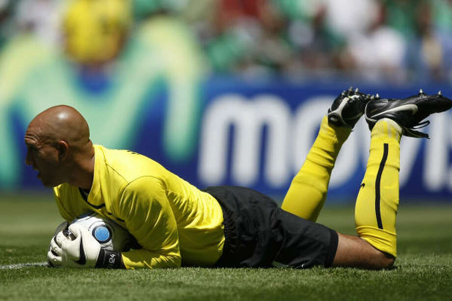 U.S. goalie Tim Howard makes absolute certain. Photo: Dario Lopez-Mills, AP