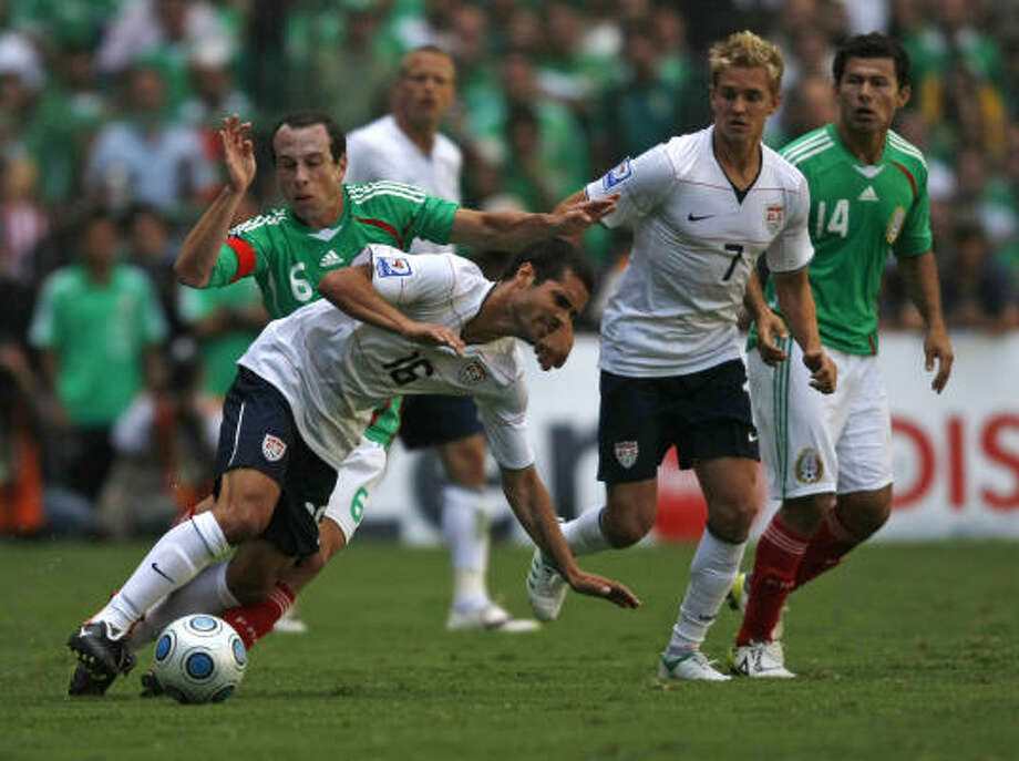 Benny Feilhaber of the US soccer team, front left, fights for the ball with Gerardo Torrado of Mexico (6) during the second half. Photo: Dario Lopez-Mills, AP