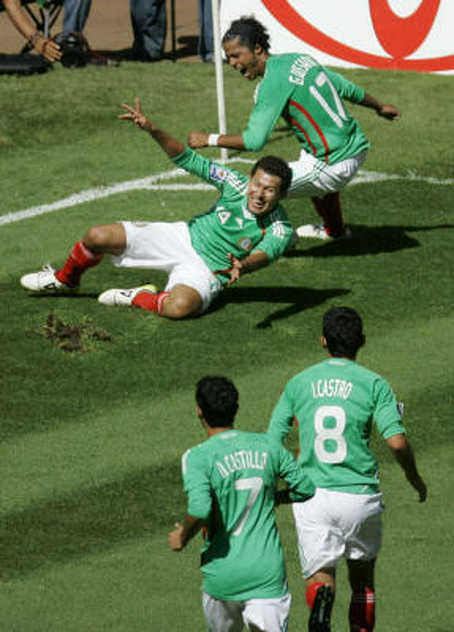 Mexico´s Miguel Sabah, center, celebrates with teammates after scoring the game-winning goal in the last minutes of the game. Photo: Miguel Tovar, AP