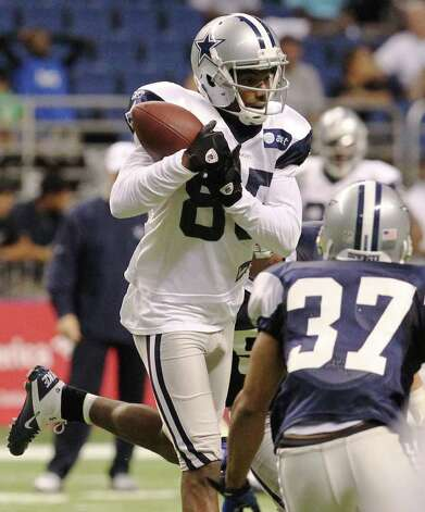 Receiver Kevin Ogletree (85) makes a catch in front of corner back Bryan McCann (37) during the afternoon session of the Dallas Cowboys training camp at the Alamodome on Saturday, Aug. 6, 2011. Kin Man Hui/kmhui@express-news.net Photo: KIN MAN HUI, -- / SAN ANTONIO EXPRESS-NEWS