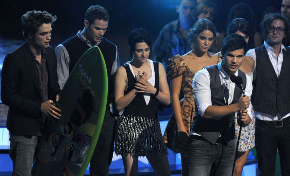The cast of Twilight accepts an award at the Teen Choice Awards. The movie picked up nine awards in all including choice drama, romance, liplock and rumble.