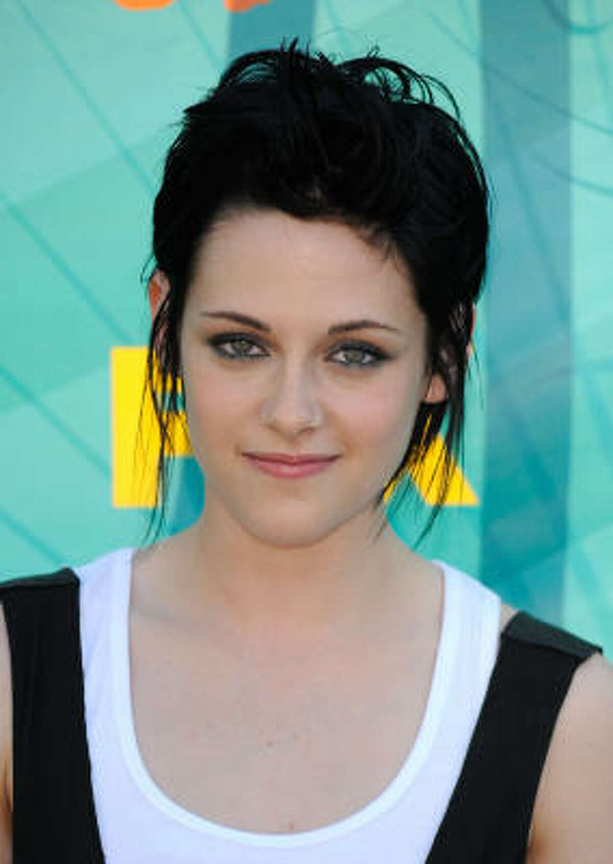 Kristen Stewart won best drama actress for her role in Twilight at the Teen Choice Awards.