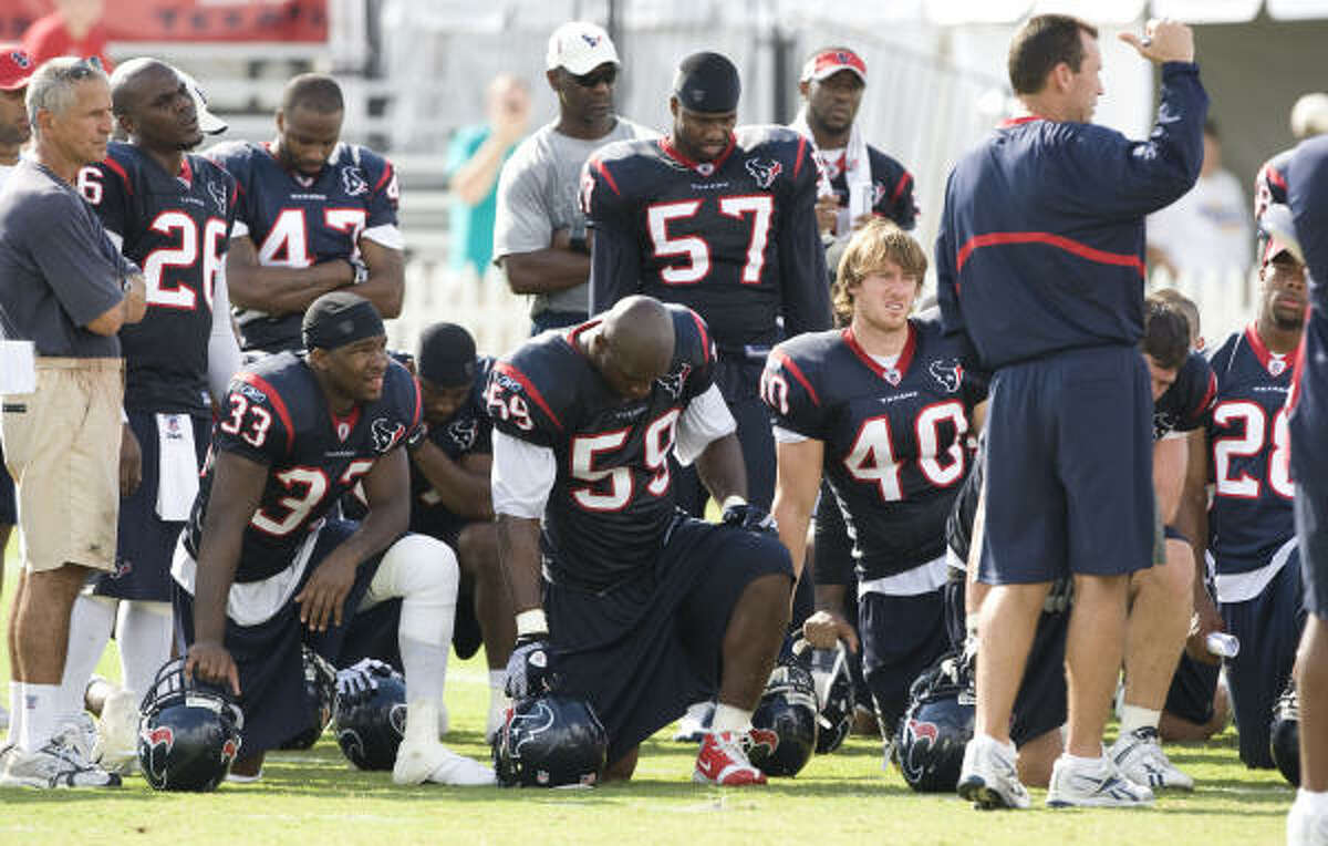 Texans coach Gary Kubiak talks to his players at the end of practice. The Texans have Sunday off.