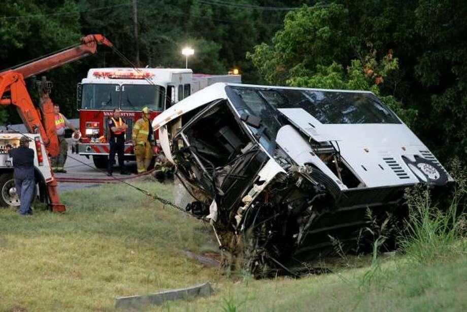 Equipos de rescate utilizan grúas para tratar de enderezar el autobús accidentado el viernes en Sherman, cerca de Dallas, en la autopista U.S. 75. Photo: Tony Gutierrez, AP